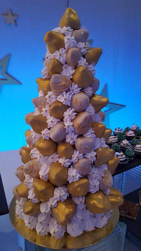 "DavaoFoodTripS.com : White & Gold Strawberry Christmas Trees | Seda Abreeza's Blue-themed Christmas Eve Dinner, ""Gliteratti"" New Year's Eve Countdown Party and More This December 2016"