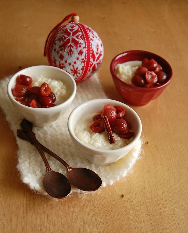 Eggnog rice pudding with roasted cherries / Arroz doce de eggnog com cerejas assadas