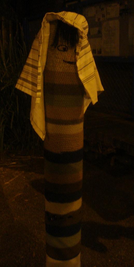 那里的教堂门柱,一到圣诞都套上了可爱的绒线头套