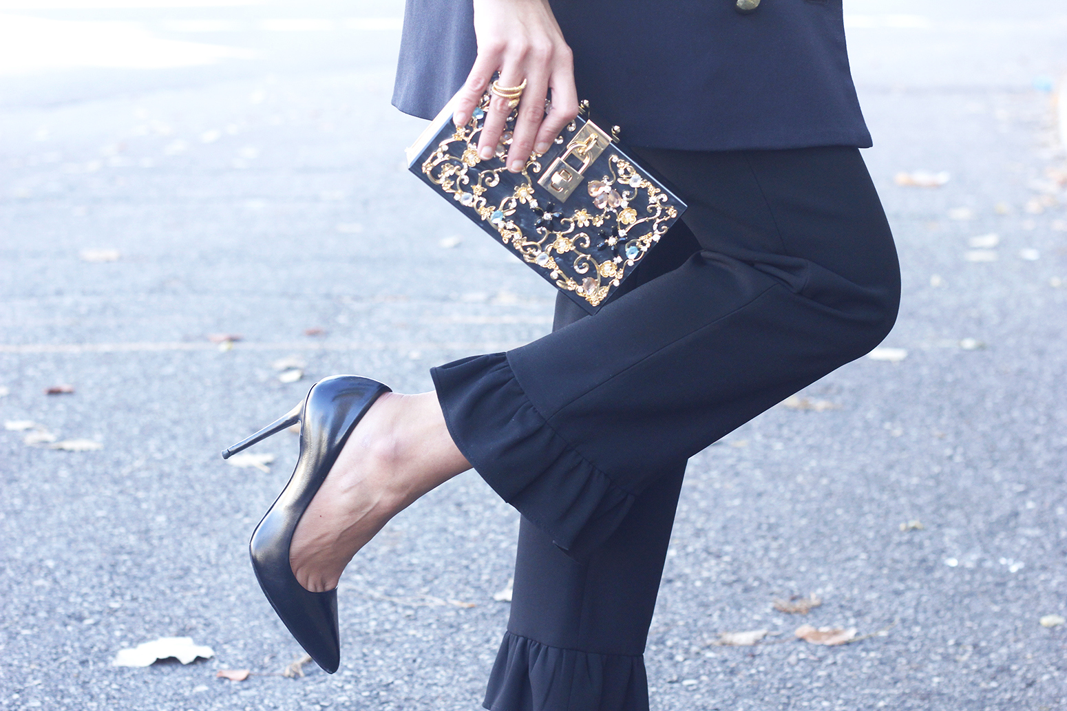 Black trousers with a ruffle on the bottom uterqüe bag accessories black heels blazer outfit style fashion05