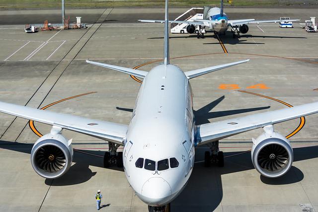 デッキから撮影した飛行機の正面の写真。コックピットの中まで写る