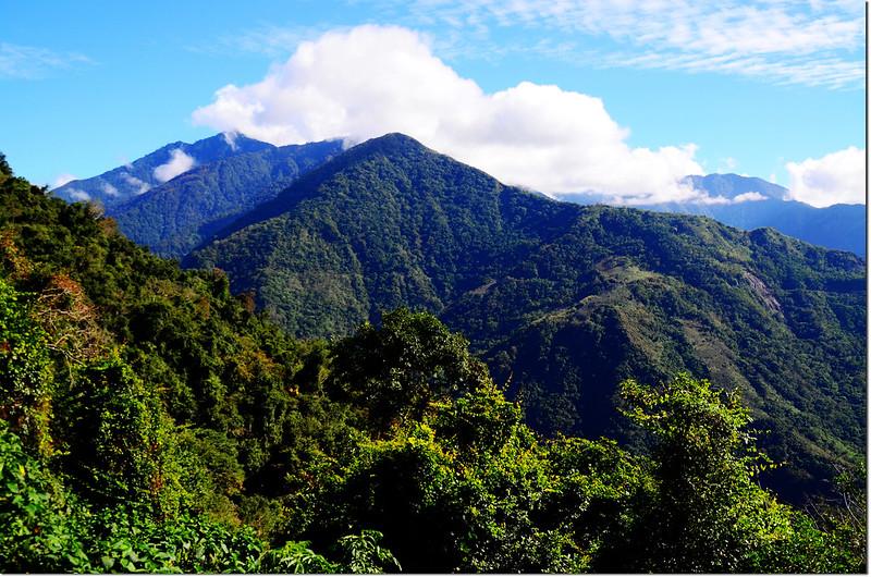 獅子尾山稜線東南眺庫哈諾辛(左後)、馬馬宇頓山(中)