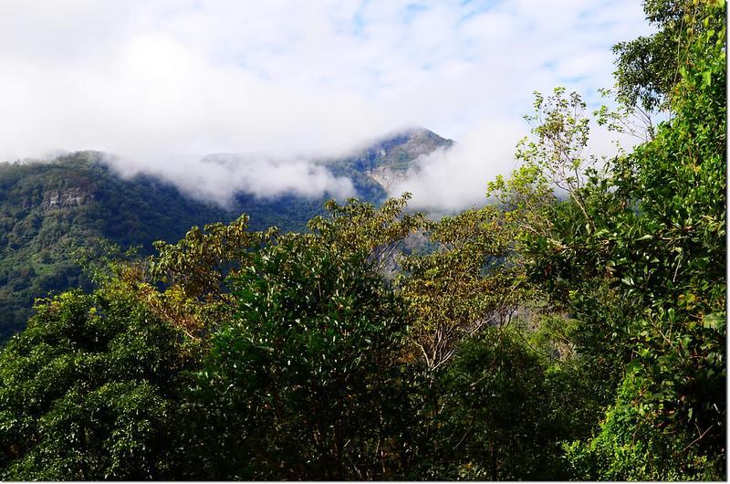 雲霧籠罩山頭