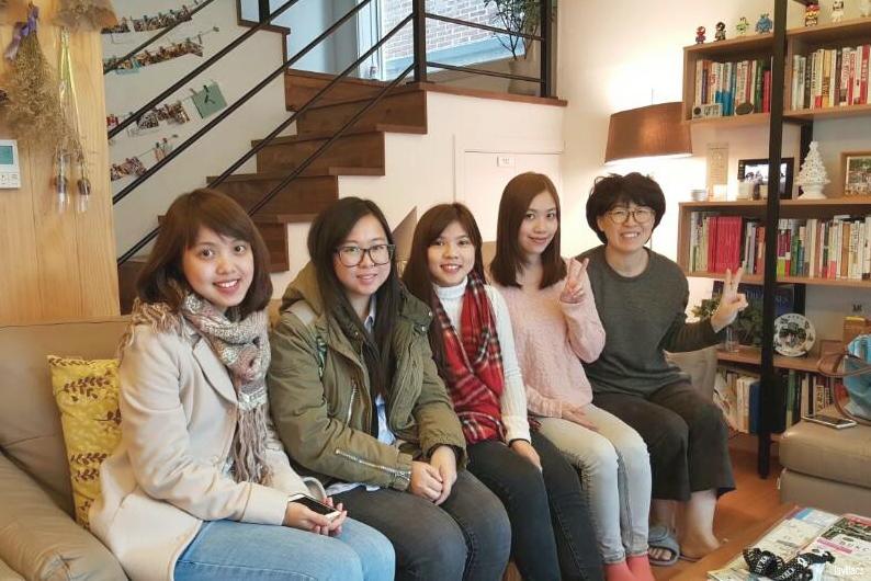 lavlilacs Korea Hongdae Bauhaus roomies group photo