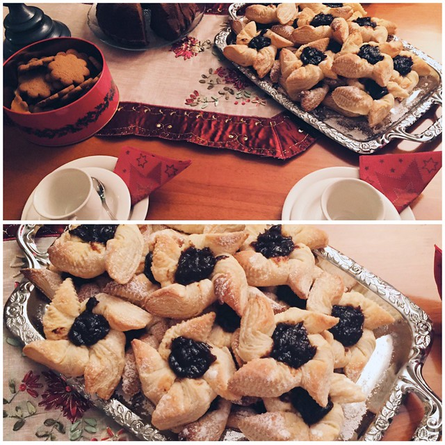 JouluKahvipöytäJoulutortut, kahvipöytä, coffee table, jälkiruokapöytä, dessert table, joulu, christmas, joulutortut, luumuhillo, christmas pies, plum jam,