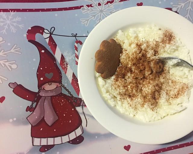 JoulupuuroRiisipuuro. joulu, christmas, riisipuuro, joulupuuro, christmas porridge, rice porridge, cinnamon, kaneli, on top, päällä, sugar, sokeri, joulupipari, christmas gingerbread cookies, joulu tabletti,