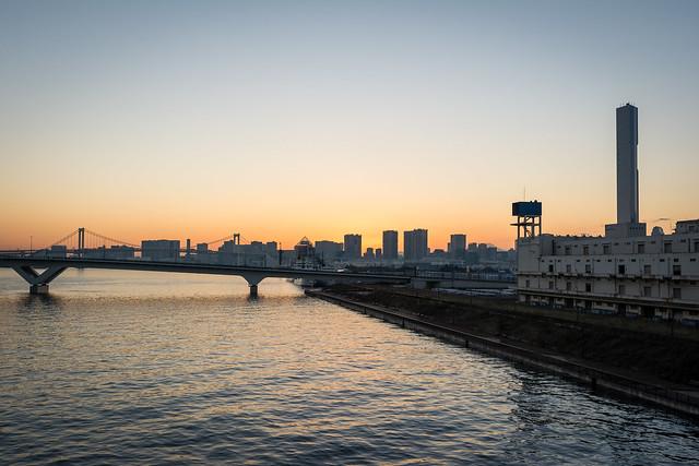 晴海大橋からちらりと見える富士山のシルエット