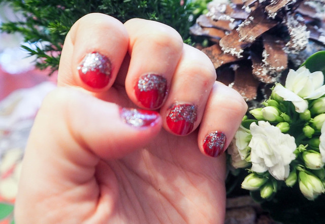 PC254919joulukynnetpunainenglitter.jpg,havuasetelma, joulu, christmas, kukka asetelma, decoration, koristella, koristeet, christmas style naiils, joulu kynnet, christmas nails, red and glitter, punaista ja glitteriä, joulukynnet, joulu kynsilakka, idea, inspiration, viininpunainen, dark wine red, nail polish, kynsilakka, kynnet, nails, beauty, kauneus, essie, essie nailpolish, glitter kynsilakka, sininen glitter kynsilakka, blue glitter nailpolish, shade, sävy, christmas nails, sparkly, kimaltavat kynnet, jouluiset kynnet,