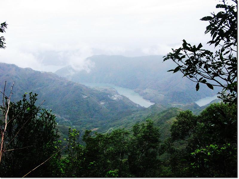 拉號山稜線透空處西北俯瞰石門水庫