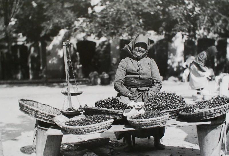 Sur un marché quelques part en Hongrie, une dame au sourire discret et ses cerises attendent un acheteur.