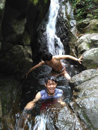 berenang bersama di air terjun