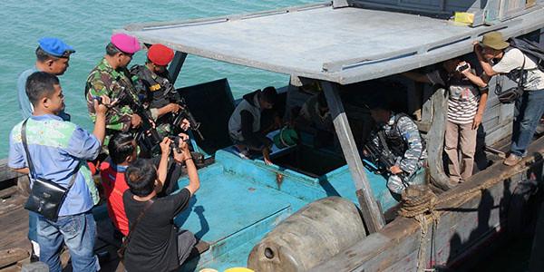 Tim WFQR Lantamal IV memeriksa muatan minyak ilegal.