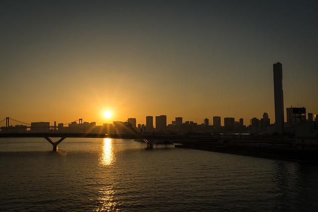 豊洲から見る夕日の写真