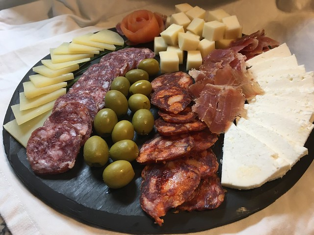 Tabla de quesos canarios sobre platos en pizarra