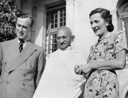 Mountbattens_with_Gandhi_(IND_5298)