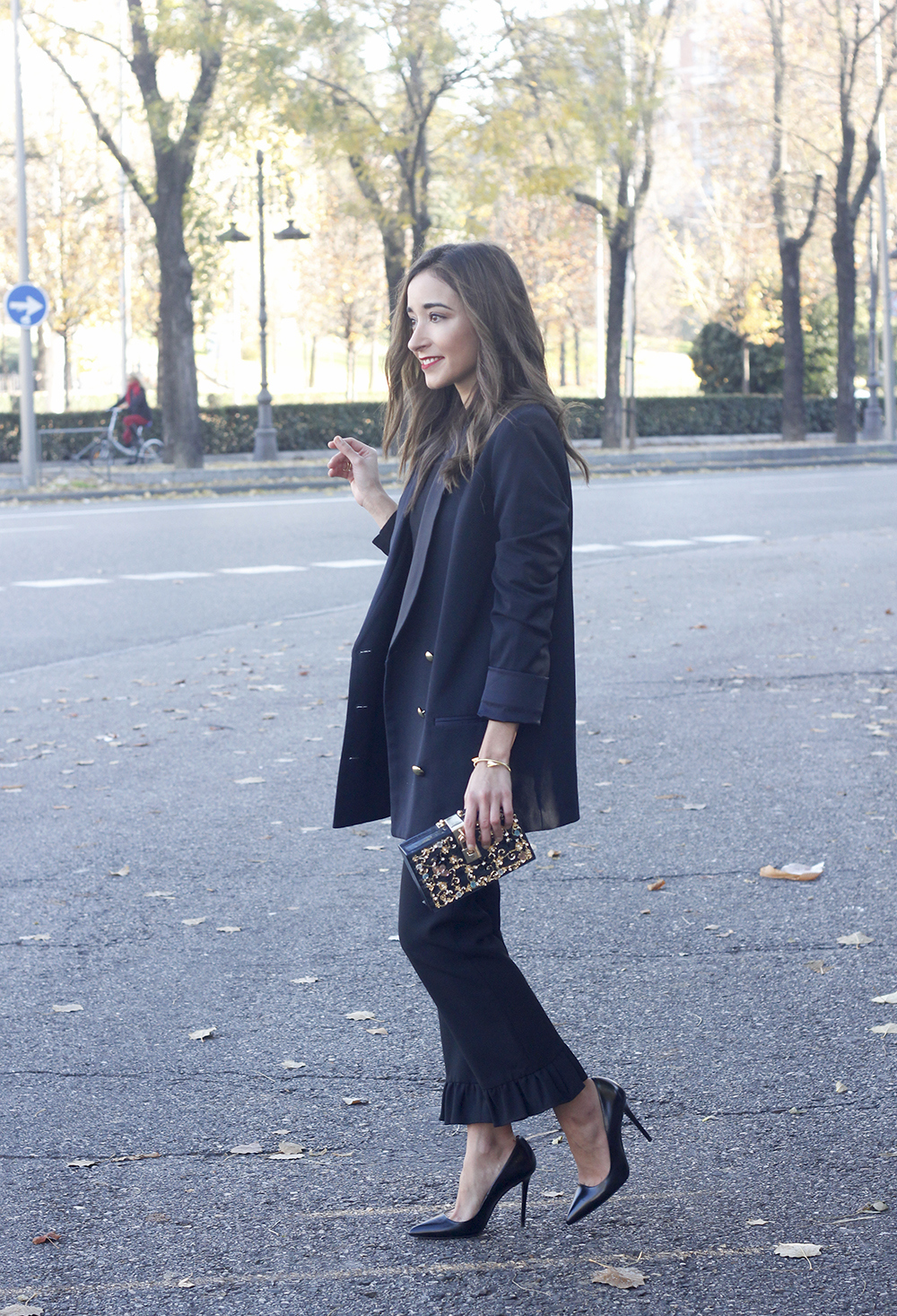Black trousers with a ruffle on the bottom uterqüe bag accessories black heels blazer outfit style fashion04