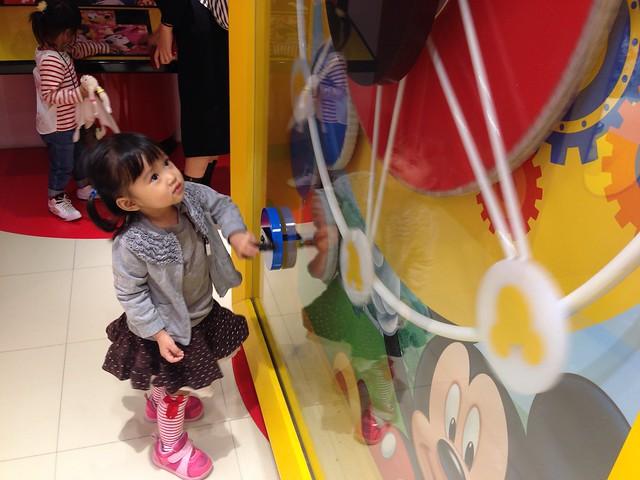 玩具專賣店裡有個轉盤可以轉,小孩們都搶著玩