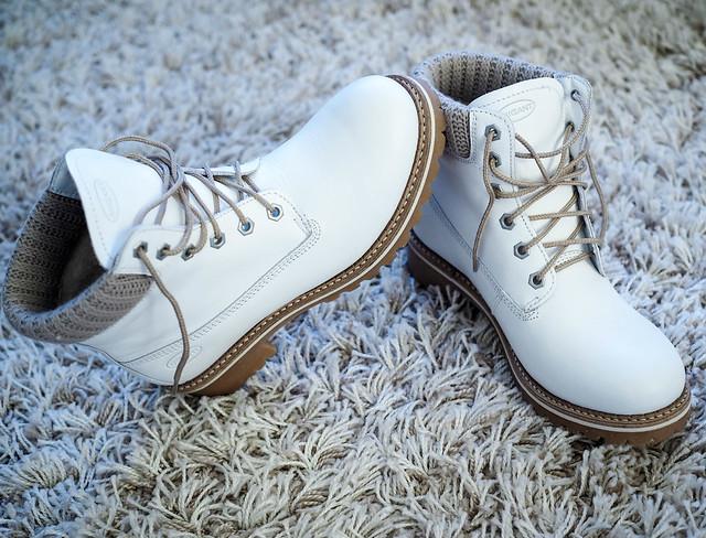 P1061010.jpgMigantNahkaTalviNilkkuritBeigetYksityiskohdat,P1061007.jpgMigantTalviNilkkuritNahkaValkoinen,P1061005.jpgWhiteMigantLeatherAnkleBoots, valkoiset talvi nilkkurit, nahkanilkkurit, migant, nahkakengät, leather shoes, white winter ankle boots, leather ankle boots, kenkärepo, ostokset, shopping, style, tyyli, muoti, fashion, inspiration, shoes, kengät, valkoista ja beigeä, white and beige, beige varsi ja nauhat, beige arm and stripe,details, lämmin villa vuori, pitävä kumipohja, aiota nahkaa, kevyet, lämpimät sirot, täydelliset talvikengät, perfect winter shoes,