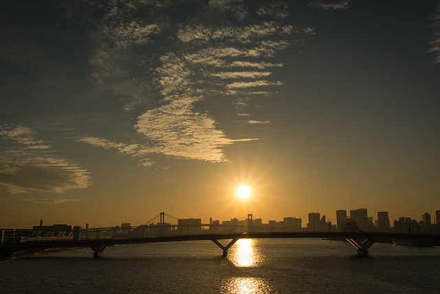 光芒の出る夕陽の写真