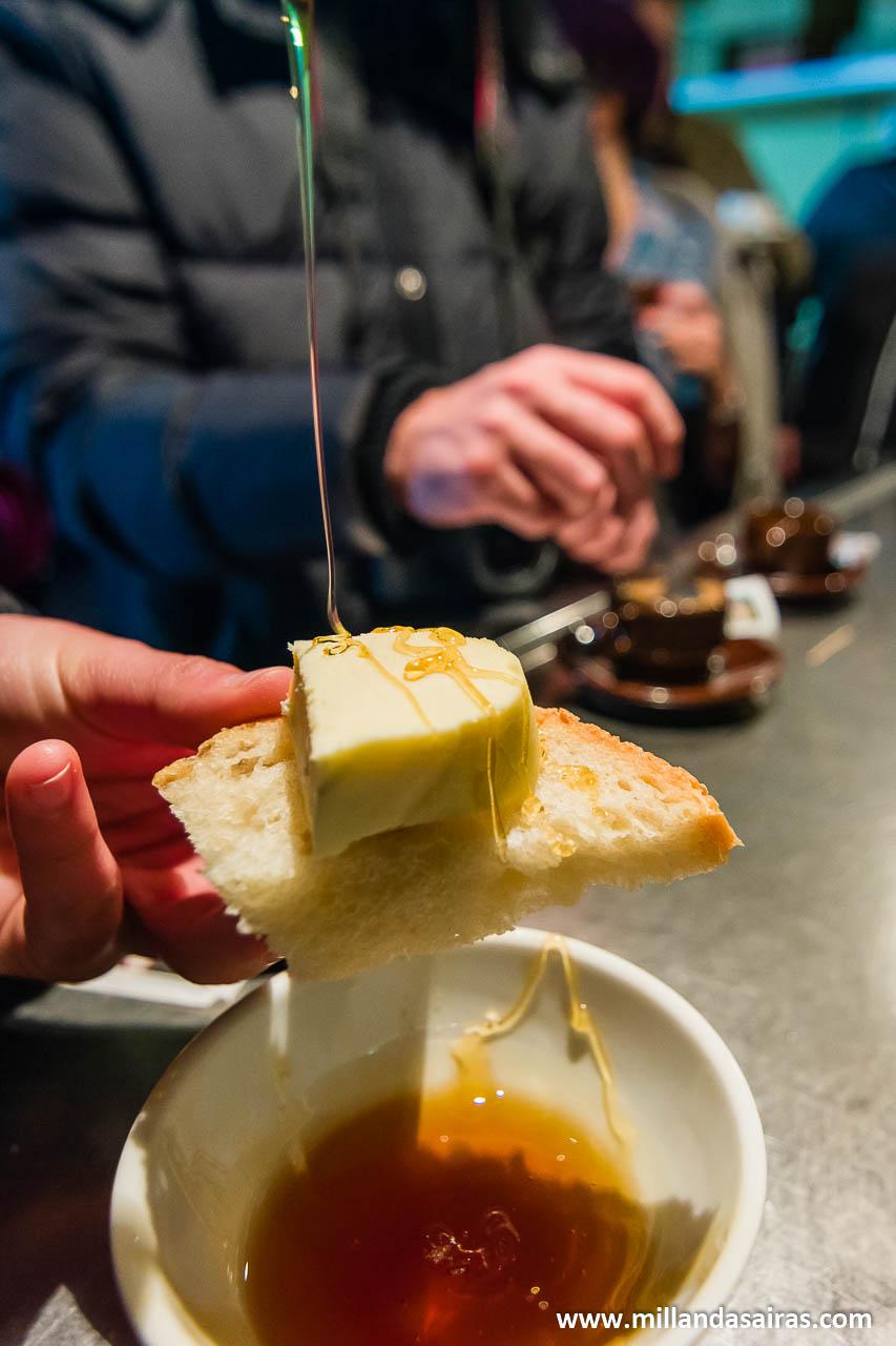 Un poco de miel con queso en Zobra