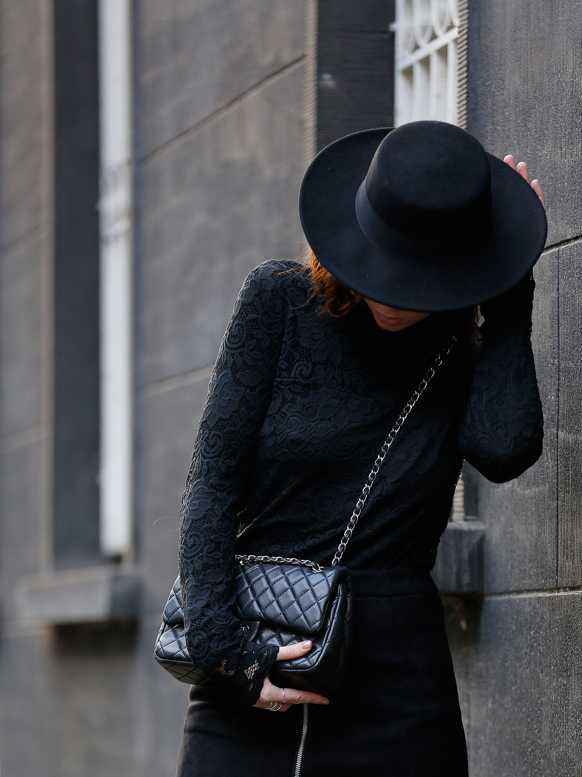 VILA lace layering black allblack hat spanish style dark romance fishnet tights chanel classic luxury bag fashionblogger ricarda schernus cats & dogs modeblog düsseldorf berlin minimal edgy cool styling lookbook ootd 1