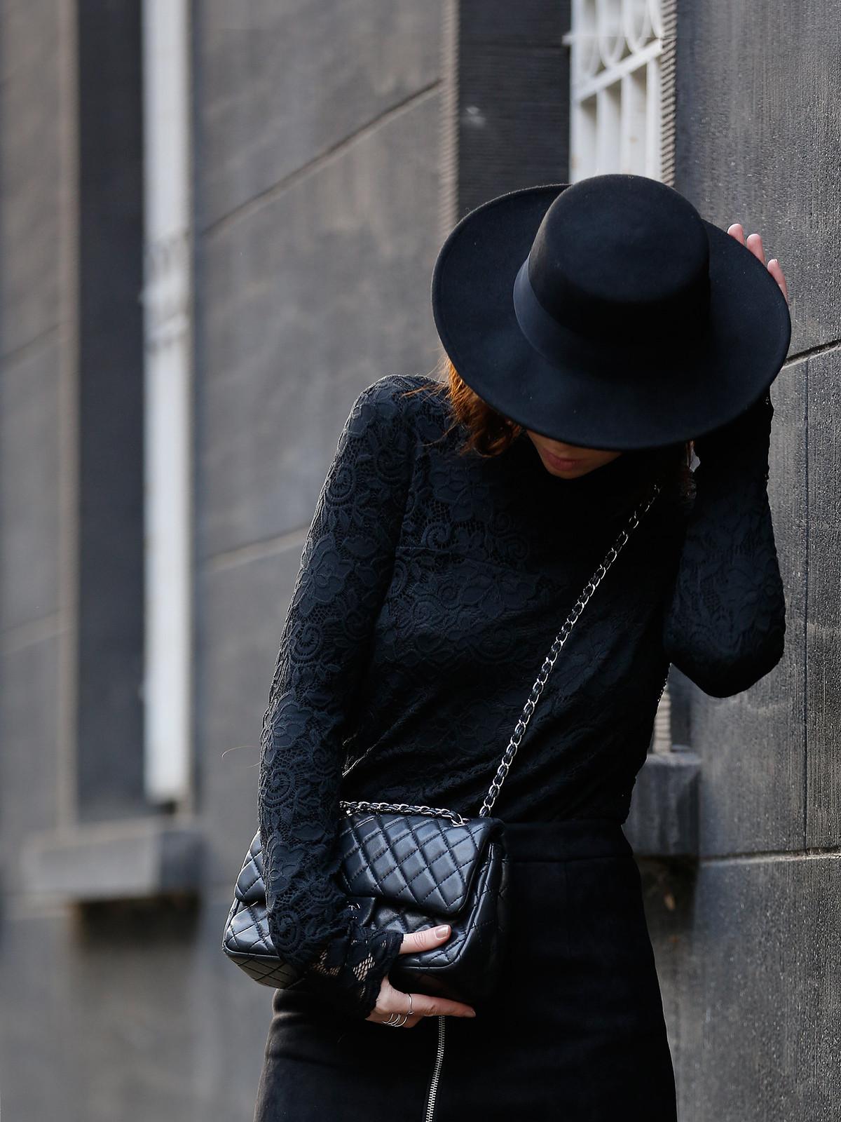 VILA lace layering black allblack hat spanish style dark romance fishnet tights chanel classic luxury bag fashionblogger ricarda schernus cats & dogs modeblog düsseldorf berlin minimal edgy cool styling lookbook ootd 1