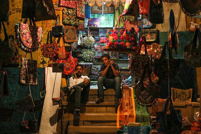 A souvenir shop at night, Jaisalmer, India ジャイサルメール、夜の土産物店