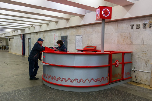 Информационные стойки в метро.