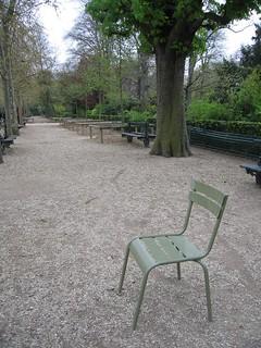 Paris balades 08 04 08 037 chaise seule dans le jardin for Chaise jardin du luxembourg
