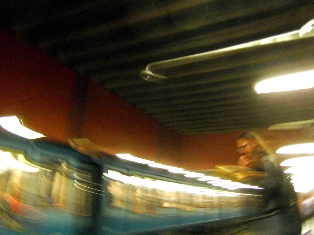 Hombre leyendo en el Metro / Man reading in the Subway