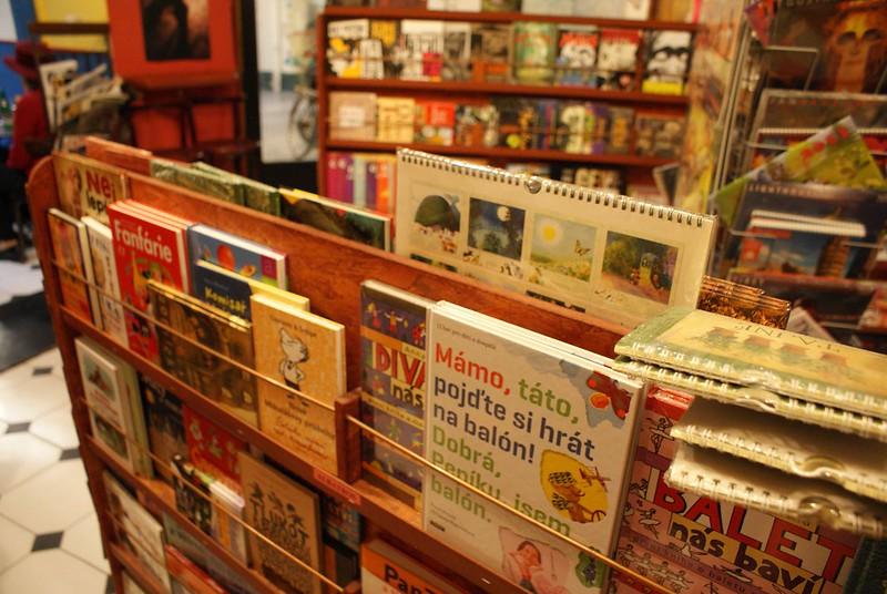Librairie café Samsa à Prague : Des livres d'illustrations intéressants et un café serré.