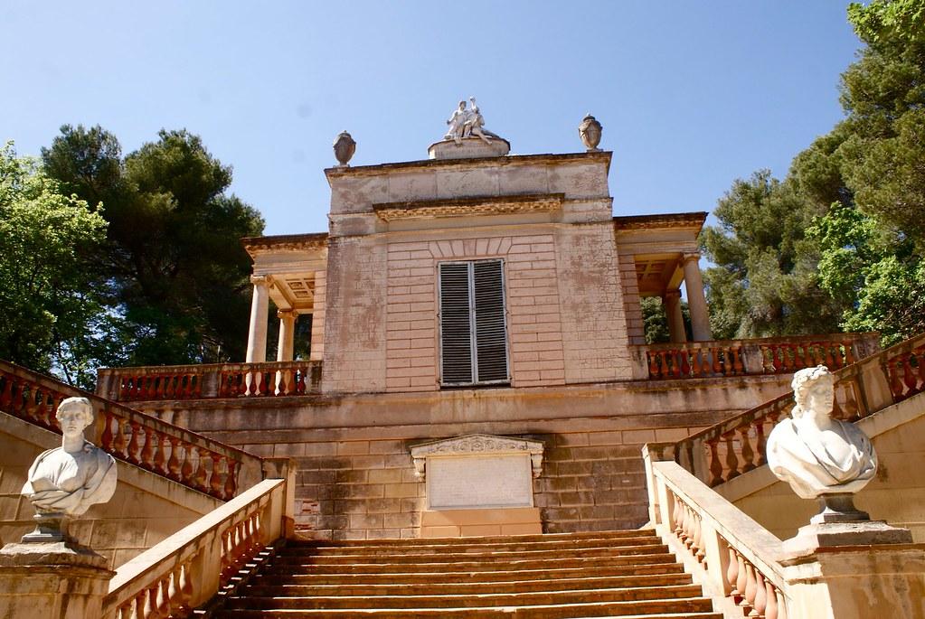 > Pavillon à l'italienne dans le parc d'Horta à Barcelone.