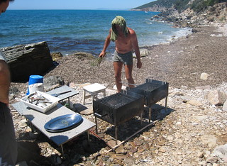 Paolo grilling the fish on the beach, Talamone | by jenninrome