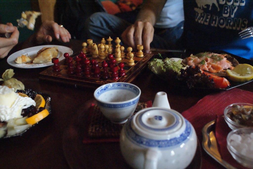 Une partie d'échecs avec un thé et des blinis, Berlin à la mode orientale
