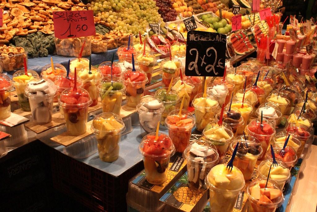 Explosion de couleurs avec les smoothies et salades de fruits.