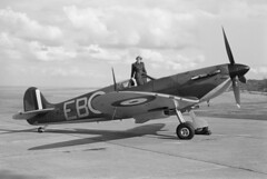 1942 Graflex Speed Graphic takes Spitfire Mk2 of Battle of Britain Memorial Flight