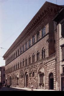 Michelozzo di bartolommeo medici palace 1445 for Architecture quattrocento