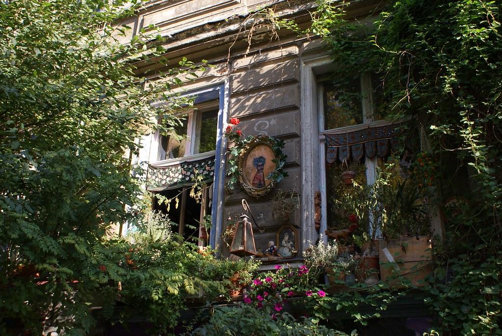Fenêtres et plantes dans le quartier de Prenzlauer Berg à Berlin.