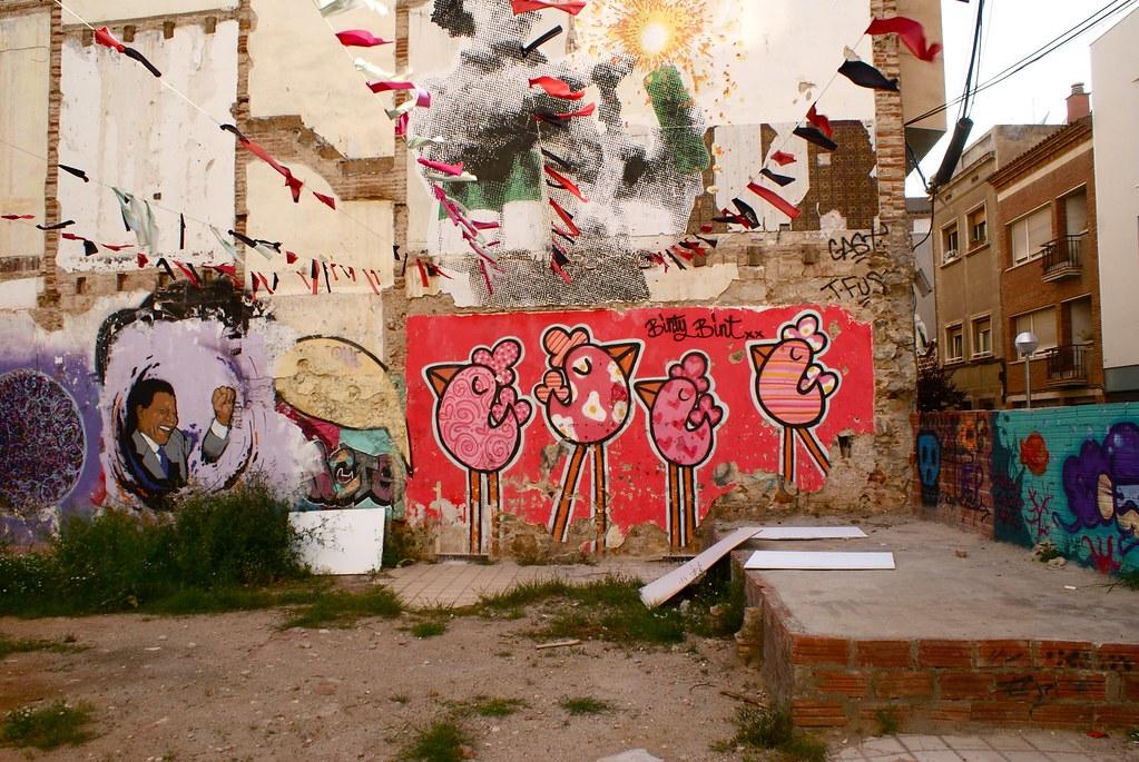 Street art, friche et jardin commun dans le quartier de Gracia à Barcelone.
