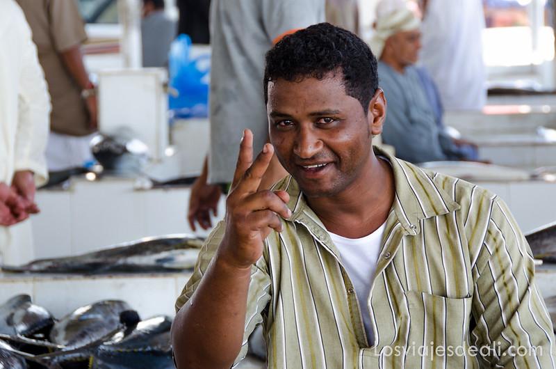pescadero del mercado de pescado en Omán