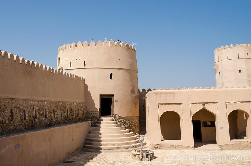 fortaleza de Barka y mercado de pescado en Omán