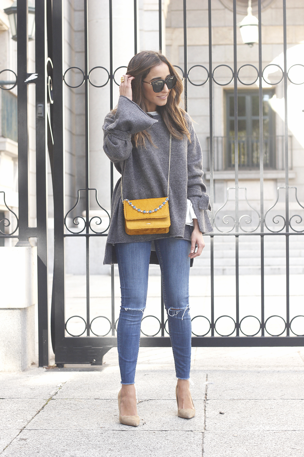 Gray jersey with sleeves bell white blouse ripped jeans heels uterqüe bag accessories fashion outfit09
