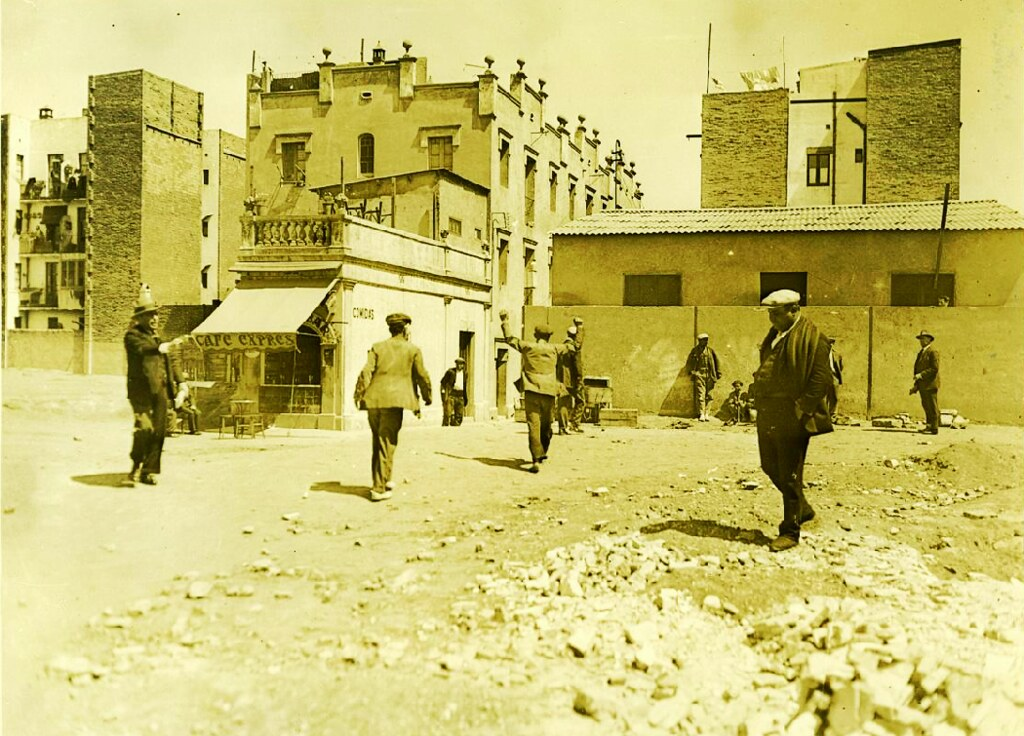Scène de rue dans le quartier de Poblenou à Barcelone vers 1920.