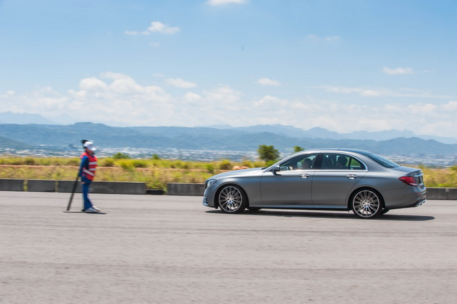 全新主動防撞輔助系統,偵測到有行人出現在車輛行駛路線中,系統便立刻介入,以聲響及輔助煞車力道降低甚至避免意外發生