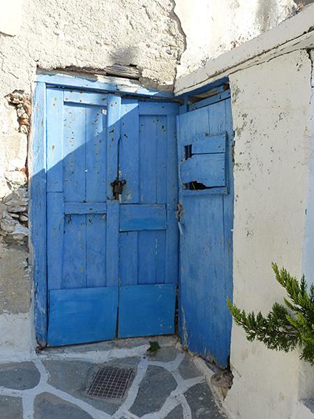 vieille porte bleue dans le kastro