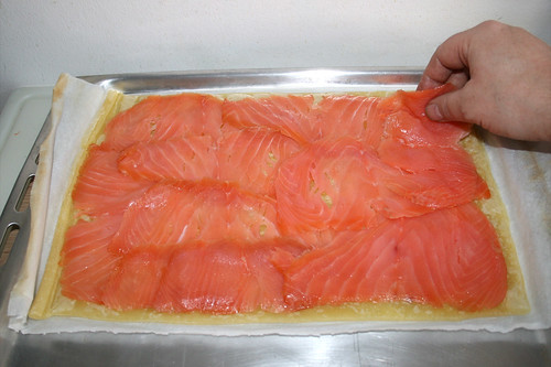 24 - Blätterteig mit Räucherlachs belegen / Put smoked salmon on puff pastry
