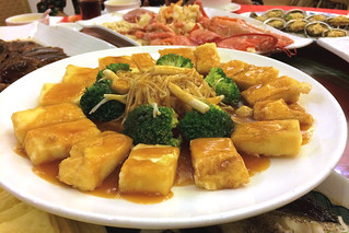 Fried tofu with mushrooms and broccoli