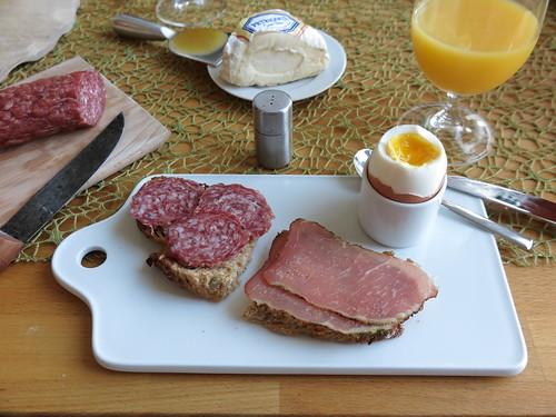 Stracke und Schinkenspeck auf Dinkelbrot zum Frühstücksei