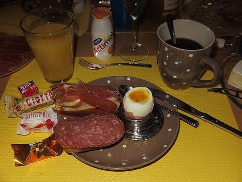 Serrano-Schinken und Mettwurst auf Maisbrötchen zum Frühstücksei