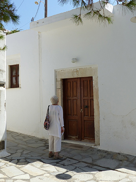 lala devant une maison blanche